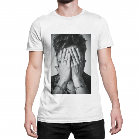 Camiseta blanca con cara tapada de Manuel Carrasco